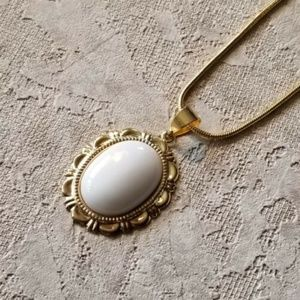 Elegant White Mountain Jade Pendant Gold Necklace
